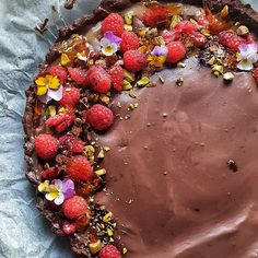 Sjokoladeterte med salt karamell, oppskrift fra // chocolate pie with salt caramel. Topped with raspberries, pistachios and melted sugar. Chocolate Pies, Buzzfeed Food, Pistachios, Food 52, Raspberries, Creative Food, Love Food, Acai Bowl, Food Porn