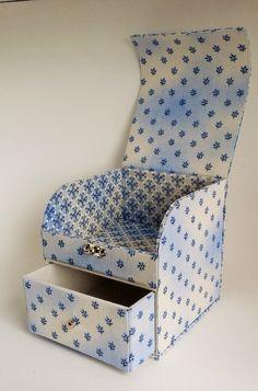Caixa organizadora confeccionada em cartonagem e revestida com tecido 100% algodão.