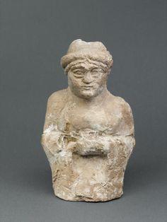 Sumerian art: Fragment of a woman with hands clasped. Louvre Museum  Le mani in quella posizione indicano un atteggiamento di preghiera.