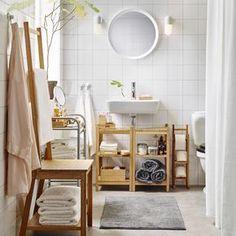 Bagno con portarotolo, scaffali e sedia con portasciugamani in bambù – IKEA