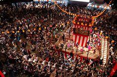 「六本木ヒルズ盆踊り 2015」が、2015年8月21日(金)から8月23日(日)までの3日間開催。初めて六本木けやき坂通りを一般開放し、過去最大規模での実施となる。「六本木ヒルズ盆踊り」メインプログ...