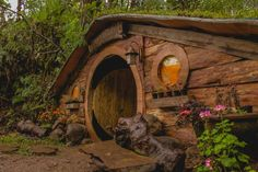 Life-Size Hobbit Houses in Philippines Look Straign out of Lord of the Rings O Hobbit, Hobbit Hole, Tolkien, Casa Dos Hobbits, Sheltered Housing, Great Buildings And Structures, Modern Buildings, Mushroom House, Underground Homes