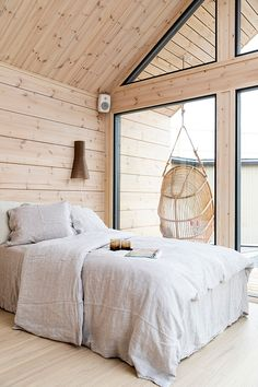 Scandinavian style log cabins and holiday lodges for quality living - Honka Scandinavian style holiday home interior! Log Cabin Holidays, Scandinavian Style Home, Scandinavian Cottage, Cabin In The Woods, Log Cabin Homes, Log Cabin Bedrooms, Garden Log Cabins, Rustic Bedrooms, Beautiful Houses Interior