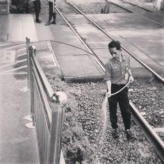 Selamat pagi lebah pekerja! Mari kita sirami harapan supaya kerja tak jadi beban.  #hitamputih #foto #streetphotography #streetphoto  #blackandwhite #bw #fotografia #fotografi #candid #monday #candid #candids #commuterline #commuter #stasiun #humaninterest by adintof