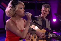 Carrie Underwood returned to American Idol five years after her big win to perform a duet with country music legend Randy Travis. Carrie Underwood American Idol, Carrie Underwood Songs, Celebrity Dads, Celebrity Photos, Randy Jackson American Idol, Kelly Clarkson American Idol, Travis Songs, Nashville Broadway, Willie Jones
