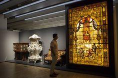 """L'exposició """"Extraordinàries"""" presenta col·leccions de ceràmica, mobiliari, vidre, teixit, rellotges, puntes, ventalls, guadamassils, papers de guarda i paper pintat; i col·leccions d'arts d'autor del segle XX (ceràmica, vidre, esmalt i joies)."""