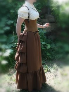 I really like this skirt. The (relative) simplicity makes it something I would wear, yet there are enough ruffles to give it the proper shape. My perfect steampunk skirt!