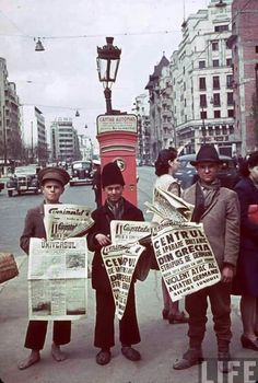 Bucuresti - Romanian newspaper vendors in Bucharest hold up papers announcing the Nazi invasion of Greece and the Blitz in London, 1940 Costume Castle, The Blitz, Bucharest Romania, Childhood Days, Tour Eiffel, Second World, Rue, Pretty Pictures, Time Travel