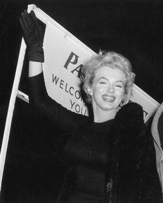 """Image - 1956 / 22 Novembre... Marilyn vient de terminer le film """"The prince and the showgirl"""", Vivien LEIGH et son mari Laurence OLIVIER raccompagnent le couple MILLER à l'aéroport pour leur départ de Londres... Ils firent tous bonne figure, alors que leur vie à chacun avait été bouleversée depuis qu'ils s'étaient retrouvés là en juillet : Vivien LEIGH avait perdu son bébé et par là même, toute chance de sauver son mariage. Laurence OLIVIER avait raté l'occasion d'une renaissance…"""