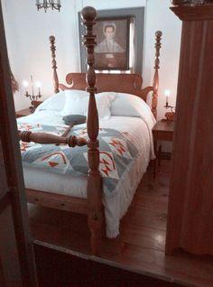 The mans bed. Primitive Bedroom, Primitive Furniture, Antique Furniture, Table Farmhouse, Farmhouse Bedrooms, Country Farm, Country Decor, Colonial Decorating, Quilt Studio