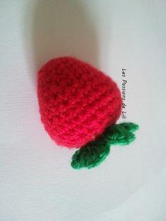 Voici une jolie petite fraise faite au crochet. Elle est très simple et rapide à réaliser environ 20 minutes.Matériel - fils rouge / vert - un crochet adapté au fils choisi - du rembourrage Répéter de * à * ml : maille en l'air mc : maille coulée ms...