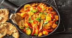 Heute entführen wir Dich in die bunte und fröhliche indische Küche! Viel frisches Gemüse, Süßkartoffel und die typisch indischen Gewürze machen dieses Curry zu einer ganz besonderen kulinarischen Geschmacksreise! Das leckere Naan-Brot macht die Indienreise komplett.