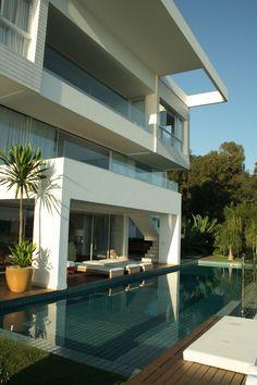 by MarchettiBonetti+ #architecture #modern #arquitetura #moderna #marchettibonetti #house #beach #florianopolis #cacupe #residencia #inspiracao #idea #white