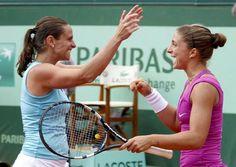 Le due azzurre festeggiano la vittoria! . È la prima volta nella storia del tennis femmninile che una coppia interamente italiana conquista un titolo dello Slam  (Reuters/Duvignau) - 08.06.2012