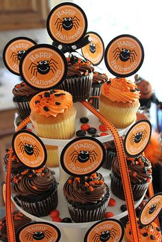 Halloween Party Food & Recipes DETAILS I love how she put M between the cupcakes Halloween Mono, Halloween Express, Cute Halloween, Holidays Halloween, Halloween Clothes, Halloween Spider, Halloween Stuff, Costume Halloween, Halloween Goodies