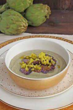 Crema de alcachofa con granizado de aceite de oliva virgen extra y chips de patata violeta | Cocinando Entre Olivos