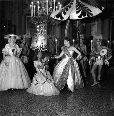 * Bal Masqué Beistegui 1951  Ms Reginald Fellowes et sa suite (sa fille Comtesse Alexandre de Casteja) au bal Beistegui à Venise  3 septembre 1951 photo Doisneau