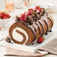 This ice cream Yule log recipe is a must for simple and tasty Christmas celebrations! Christmas Desserts, Christmas Baking, Christmas Yule Log, Great Desserts, Dessert Recipes, Diy Ice Cream Cake, Biscuits Graham, Tolle Desserts, Cake Roll Recipes