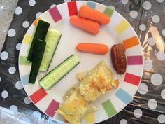 Annabelle's lunch 7 months : cucumber, baby carrots, tortilla de patatas and datte // Déjeuner d'Annabelle 7 mois : concombre, mini carottes, tortilla de patatas et une datte #dme #blw www.atableavecjulie.com