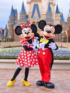 Minnie & Mickey happily posing in front of Cinderella Castle at Tokyo Disneyland Resort's Magic Kingdom Disney World Pictures, Cute Disney Pictures, Disney Parks, Disney Pixar, Walt Disney, Minnie Y Mickey Mouse, Disney Mickey Mouse, Disney Dream, Disney Magic