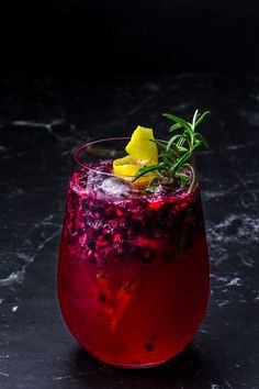 Gin Tonic with blackberry and rosemary lemon syrup- Gin Tonic mit Brombeere und Rosmarin-Zitronen Sirup Here you will find the recipe for an intense, red fruit-tasting, mild gin and tonic with a Mediterranean touch. Healthy Juice Recipes, Healthy Juices, Tonic Cocktails, Lemon Syrup, Gin Lemon, Recipe Mix, Latte Recipe, Red Fruit, Vegetable Drinks