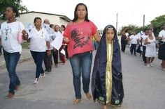 Vestida de Nossa Senhora Aparecida, Vitória acompanha procissão como pagamento de promessa