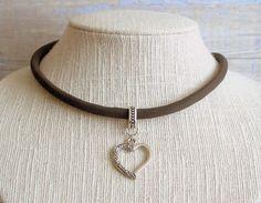 Collar gargantilla boho chic surfera cordón cuero marrón con colgante corazón