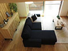 ソファの背面には凹凸のあるデザインがおしゃれなキャビネットを2本並べました! 家具の取手がからくり箪笥のようにかくれておりますよ!