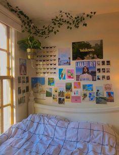Indie Room Decor, Cute Bedroom Decor, Aesthetic Room Decor, Room Ideas Bedroom, Bedroom Inspo, Teen Bedroom, Bedroom Picture Walls, Indie Dorm Room, Aesthetic Photo