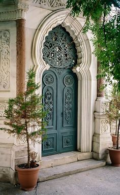 Готическая дверь с резеткой