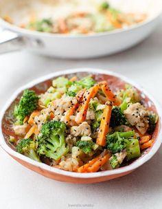 Ryż z kurczakiem, marchewką i brokułami