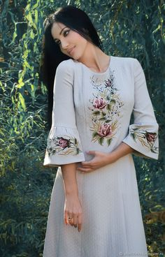 Embroidery blouse - Elegant dress with handembroidered French chic last size Hand Embroidery Dress, Kurti Embroidery Design, Embroidered Clothes, Embroidery Fashion, Kurta Designs, Kurti Designs Party Wear, Blouse Designs, Ethno Style, Kurta Neck Design