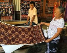 @knittingrocks_ : A jaw dropping display of heirloom geringsing or Balinese double ikat weaving in the traditional Aga village of Tengenan during last weekend's @threadsoflifebali weaving tour. This village is only one of 3 places in the world where these textiles are produced anymore. Both the warp and weft are tie dyed then re-tied and re-dyed with new colours. The pattern only begins to emerge as the cloth is woven. A tradition that is literally hanging on by a thread. #doubleikat…