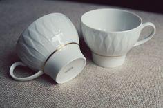 Delikatne, lekkie, eleganckie, z subtelnym wzorem i złotym paskiem. Filiżanki zaprojektowane przez finlandzkiego designera Tapio Wirkkala dla THOMAS GERMANY (Rosenthal). Wymiary: wys. 7 cm, obwód na górze 26,5 cm, obwód na dole 16 cm