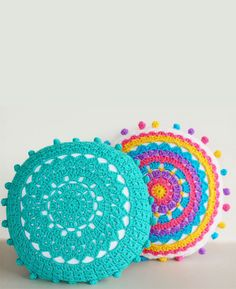 Crochet Diy Learn how to crochet pom poms and add them to these pretty crochet mandala pillows. Pattern included - Get inspired by these 20 Amazing DIY Pillows Mandala Au Crochet, Crochet Diy, Crochet Home, Love Crochet, Crochet Crafts, Crochet Doilies, Yarn Crafts, Crochet Projects, Learn Crochet