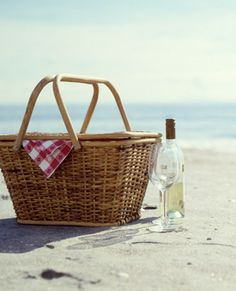 Picnic + wine + summer = perfect date. Now all we need is a bonfire.