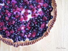 Mustikka-Vadelmapiirakka kermaviilitäytteellä on kuten mummon mustikkapiirakka, mutta vadelmat tuovat siihen ihanan lisän! Ice Cream Pies, Sweet Pie, Acai Bowl, Blueberry, Deserts, Sweets, Baking, Breakfast, Recipes