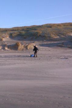 Moeder aan het strandjutten, winter 2011