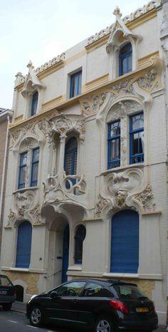 Art Nouveau - La Maison Ringot - Malo les Bains - Maurice Ringot (1880 - 1951) était fils et petit-fils de Marbriers Sculpteurs et étudia à l'école des Beaux-Arts de Lille puis à l'École Nationale Supérieure des Beaux-Arts de Paris. La maison Ringot située au 51 Ave Gustave Lemaire a été construite pour lui-même et par lui-même, bien aidé par une vingtaine d'ouvriers, plusieurs Artistes accomplis comme Louis Piron et cinq des ses dix enfants.
