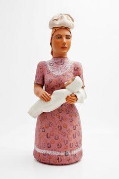 """creada por la artesana brasileña Doña Isabel Mendes da Cunha. Ella fue la primera """"muñequera"""" de la región de Minas Gerais, quien tuvo la iniciativa de transformar los potes y las jícaras en figuras humanas femeninas."""