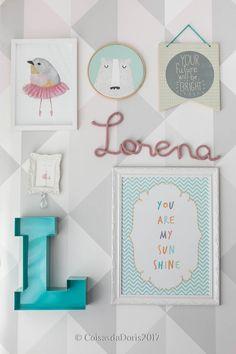 Quartinho lindo da Lorena com papel de parede, quadros, nome em tricot e letra L da loja. Foto Gisele Rampazzo.