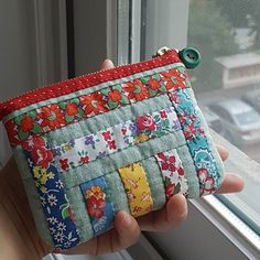 Don't Fear the Zips! Two Easy Zipper Pouch Tutorials Quilted Gifts, Quilted Bag, Fabric Bags, Fabric Scraps, Pochette Diy, Zipper Pouch Tutorial, Bag Patterns To Sew, Patchwork Bags, Pouch Bag