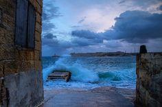De retour à Malte je passe la journée à Valletta... Le temps est gros aujourd'hui. La mer semble vouloir toucher le ciel ! Et moi j'absorbe toutes ces couleurs sublimes cette lumière ce vent ces éléments... Je les cherche inlassablement. Partout... Et ils m'offrent des moments de joie intense. De connexion avec l'instant. De patience. Et je suis heureuse. À ma place. Je pourrais rester des heures à observer ce spectacle... À sentir les embruns se déposer sur mon visage. À goûter le sel sur…