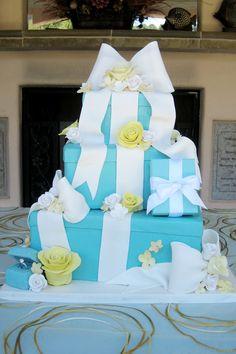 Chiếc bánh xanh tiffany như một chồng quà đẹp mắt.