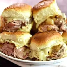 ROAST BEEF HORSERADISH CHEESE BAKED SLIDERS are our new favorite football food! The sweet caramelized onions against the savory roast beef and kick of the horseradish cheese make these sandwiches amazing! Roast Beef Deli Meat, Roast Beef Sliders, Beef Welington, Roast Chicken, Mini Sandwiches, Vegan Sandwiches, Sloppy Joe, Best Appetizers, Appetizer Recipes