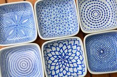 DIY hand-painted ceramic tealight holders: Draw the patterns on the ceramic dishes with a Pebeo Porcelaine 150 Paint Pen (the color I used was Lapis), allow them to dry for 24 hours, then bake them in the oven to set the ink. Ceramic Painting, Ceramic Art, Ceramic Rooster, Ceramic Plates, Pebeo Porcelaine 150, Paint Your Own Pottery, Arts And Crafts, Diy Crafts, Ceramics Projects