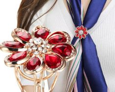 Elegantný trojprstenec v tvare kvetu v zlatej farbe s červenými kryštálmi Gold Jewelry, Jewelry Accessories, Women Jewelry, Women's Brooches, Circle Scarf, Red Rhinestone, Romantic, Color, Vogue