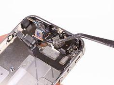 2. Fjern frontkameraets metalhus fra iPhonen.