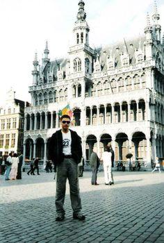 Bruxelles   브뤼셀은 EU와 NATO 본부 등 국제 기관의 위엄 있는 건물들이 들어서 있는 전형적인 도시의 모습을 가지고 있는가 하면, 곳곳에 흩어져 있는 성당, 미술관 등지에서는 중세 도시의 향기가 물씬 풍기는, 현재와 과거가 공존하는 매력적인 도시