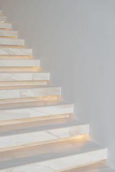 Stairs Tiles Design, Staircase Design Modern, Home Stairs Design, Modern Stairs, Railing Design, Interior Stairs, House Design, Marble Staircase, House Staircase